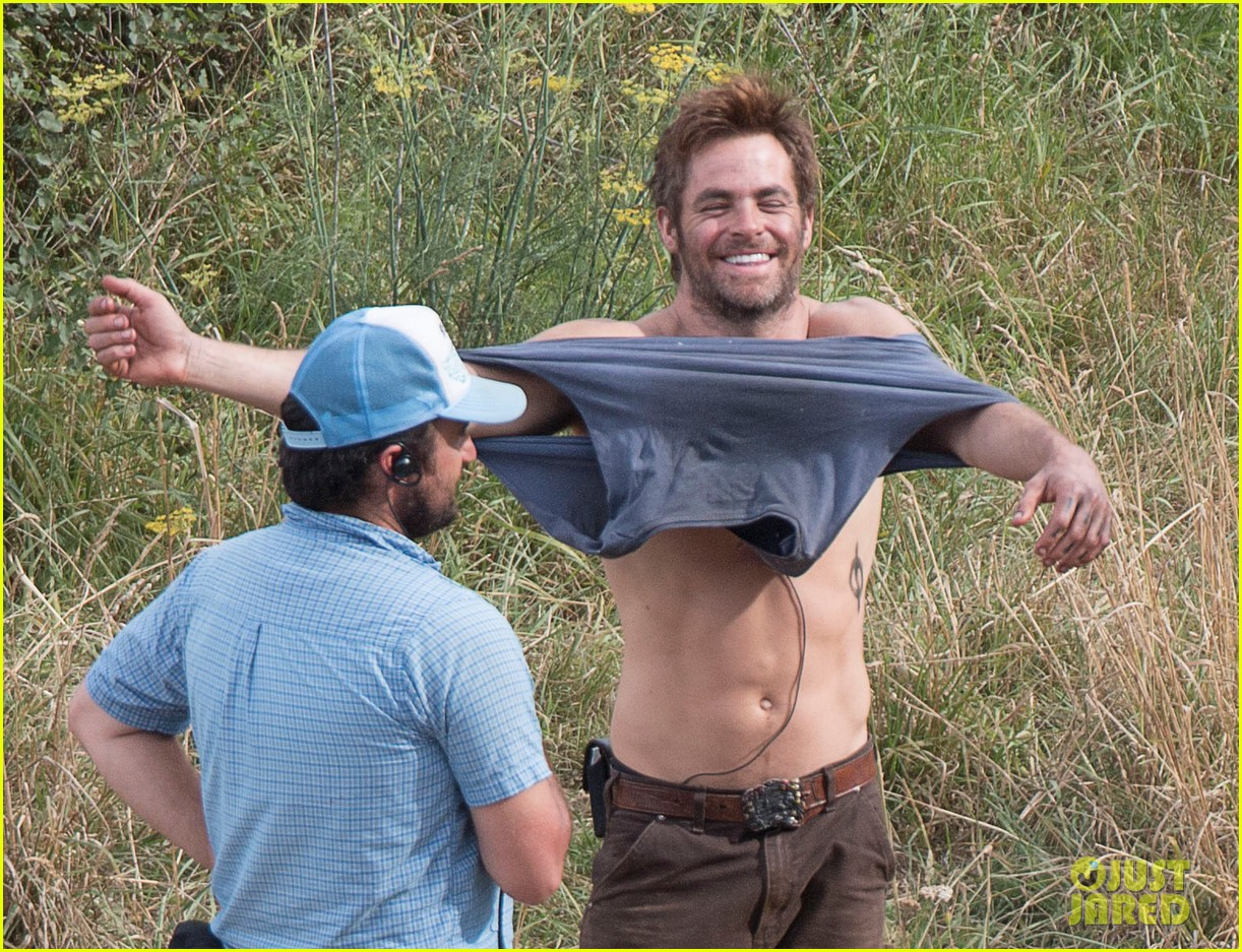 chris pine showing off his gorgeous smile while shirtless really makes us melt 023061684