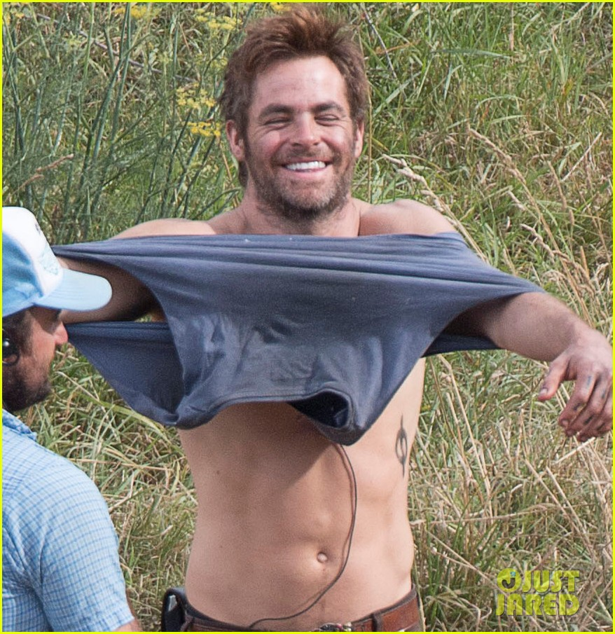 chris pine showing off his gorgeous smile while shirtless really makes us melt 043061686