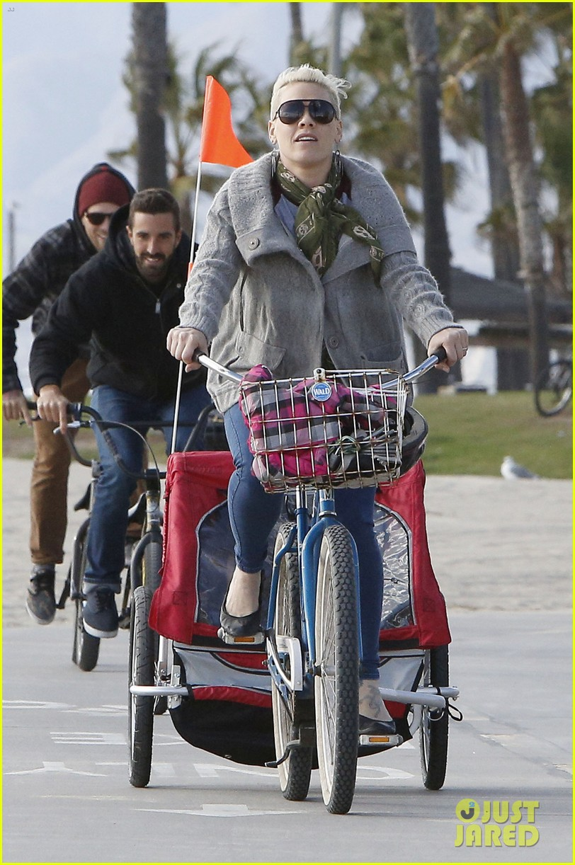 pink goes for bike ride after finishing truth about love tour 04
