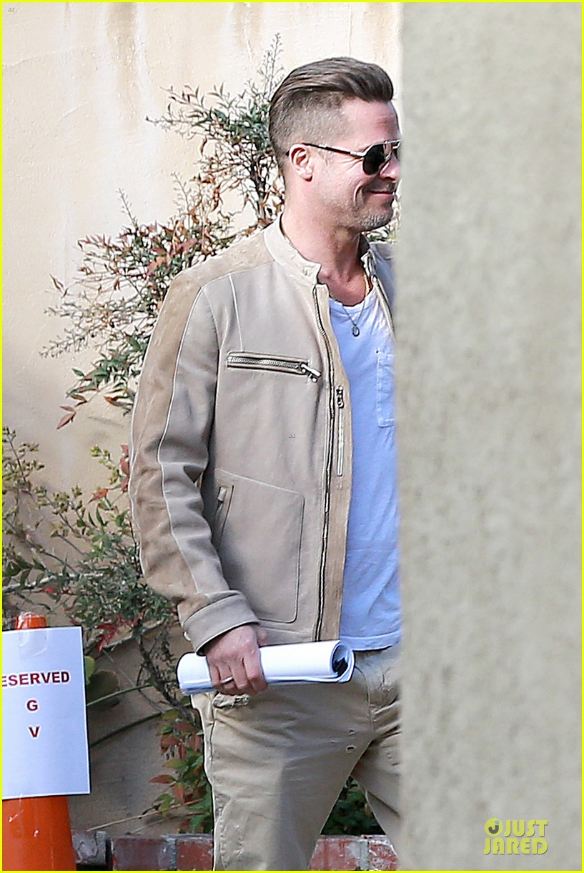 brad pitt exits pasadena studio with secret script 043049847