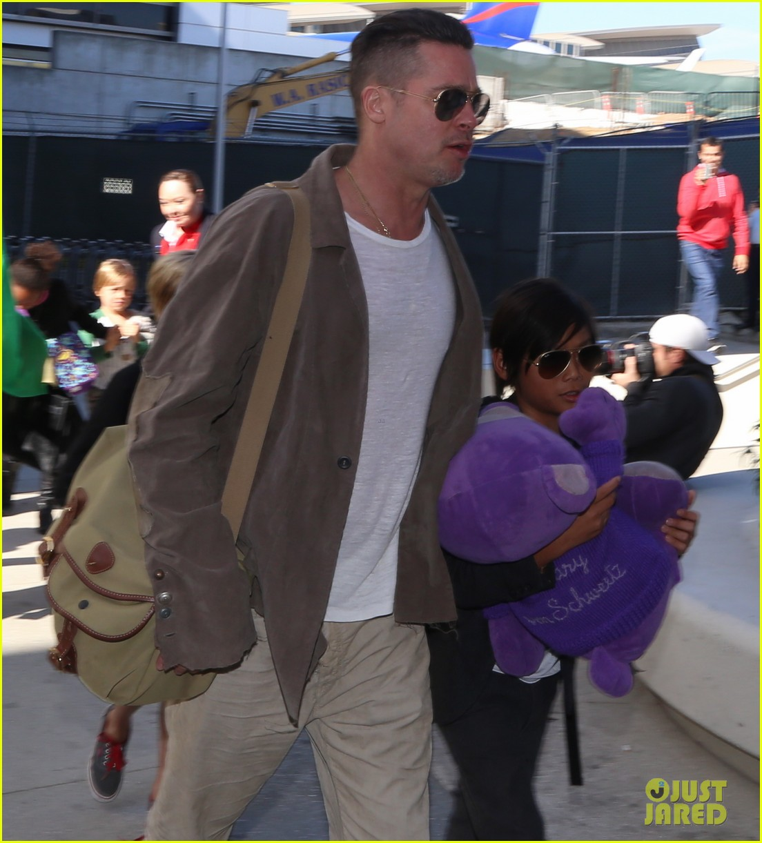 angelina jolie brad pitt all six kids land in los angeles see the new pics 023047979