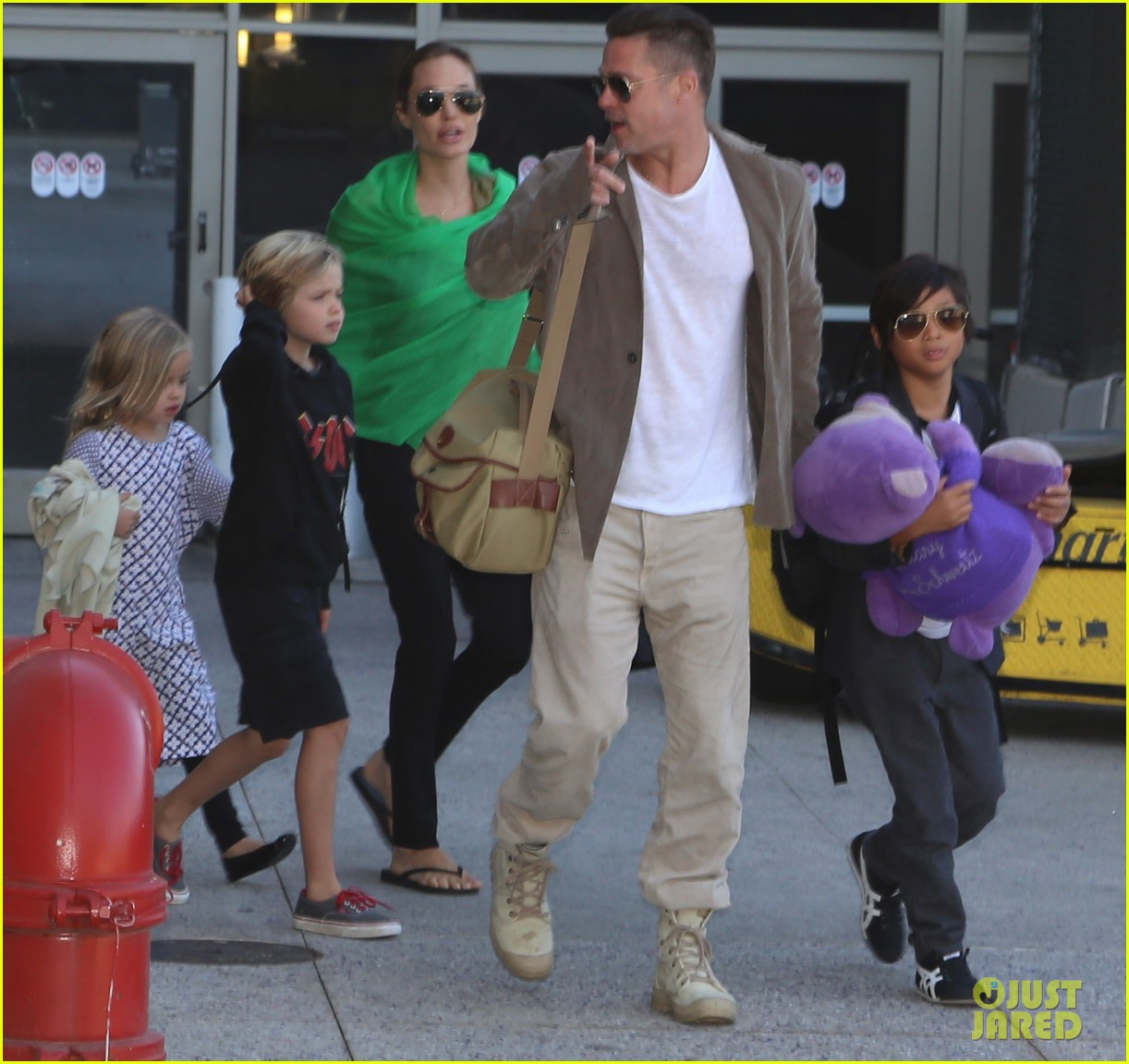 angelina jolie brad pitt all six kids land in los angeles see the new pics 063047983