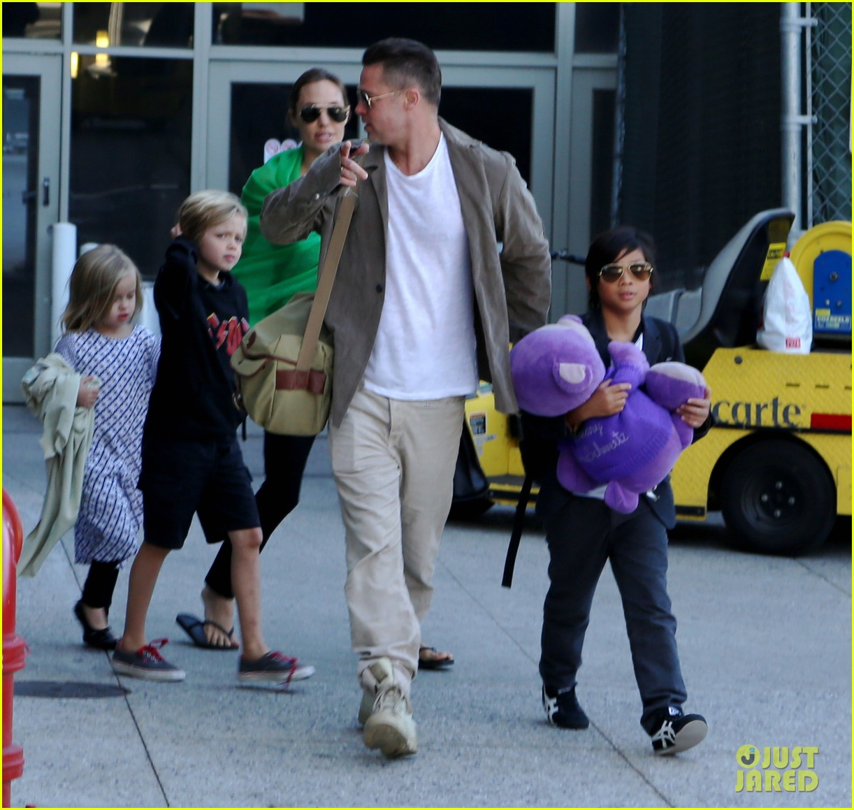 angelina jolie brad pitt all six kids land in los angeles see the new pics 073047984