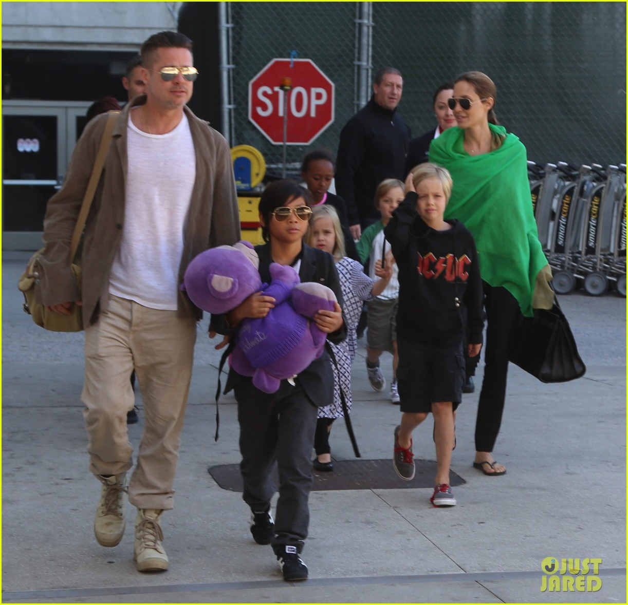 angelina jolie brad pitt all six kids land in los angeles see the new pics 103047987