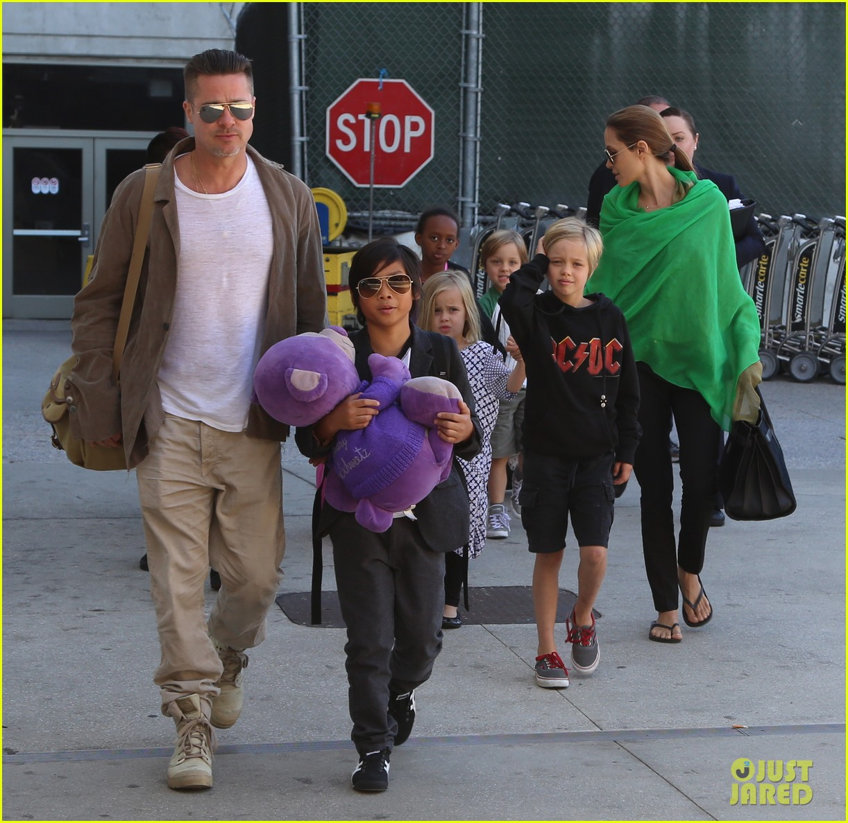angelina jolie brad pitt all six kids land in los angeles see the new pics 123047989