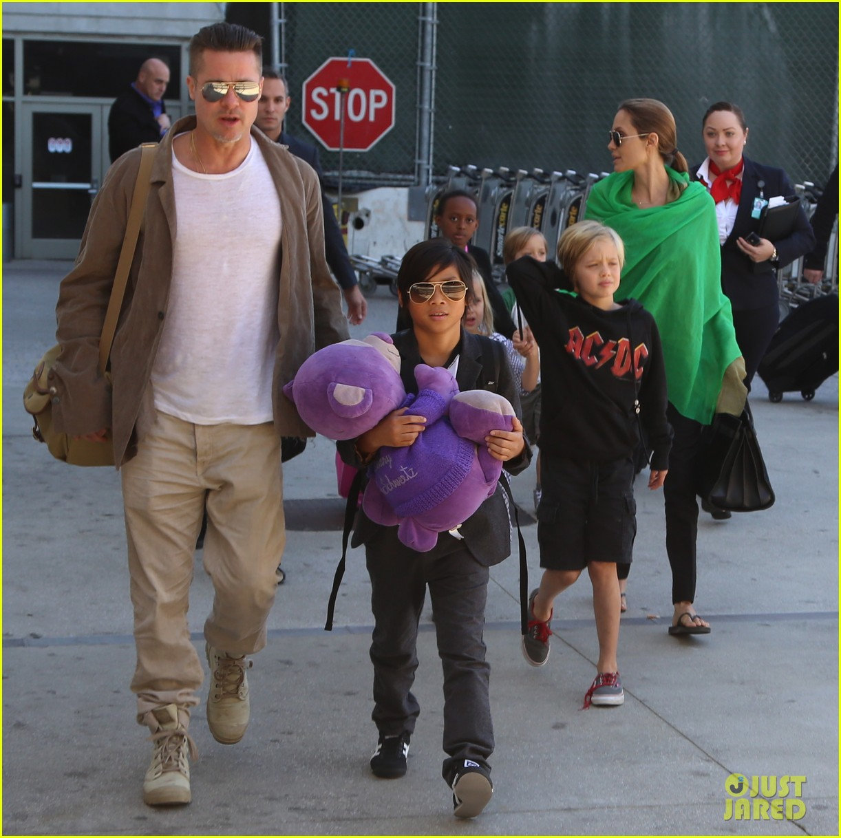 angelina jolie brad pitt all six kids land in los angeles see the new pics 133047990