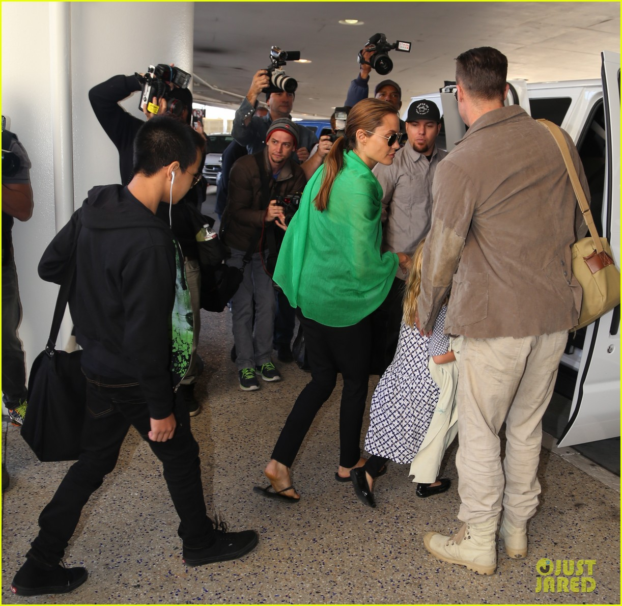angelina jolie brad pitt all six kids land in los angeles see the new pics 213047998