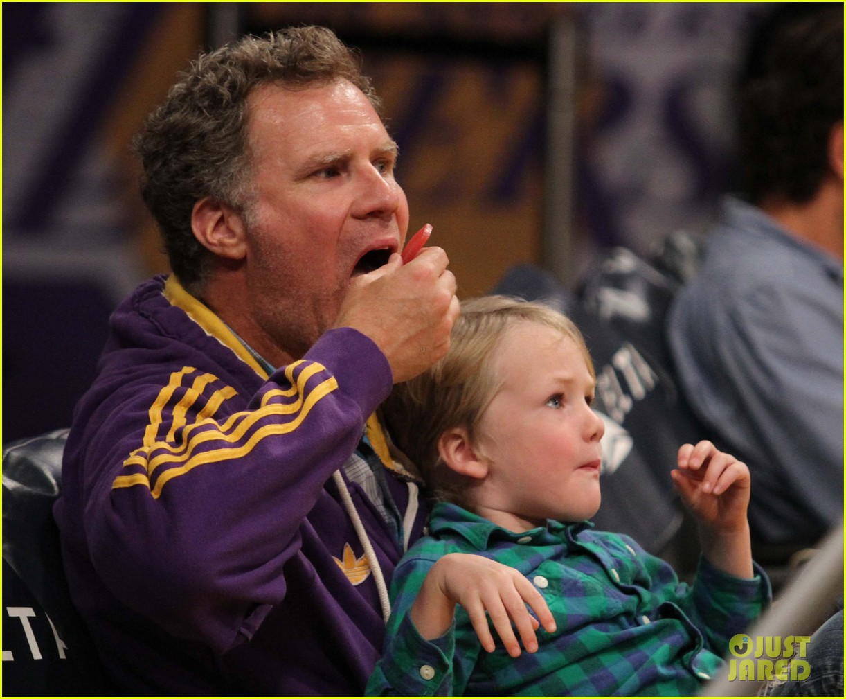 ellen pompeo will ferrell lakers courtside seats with the kids 04