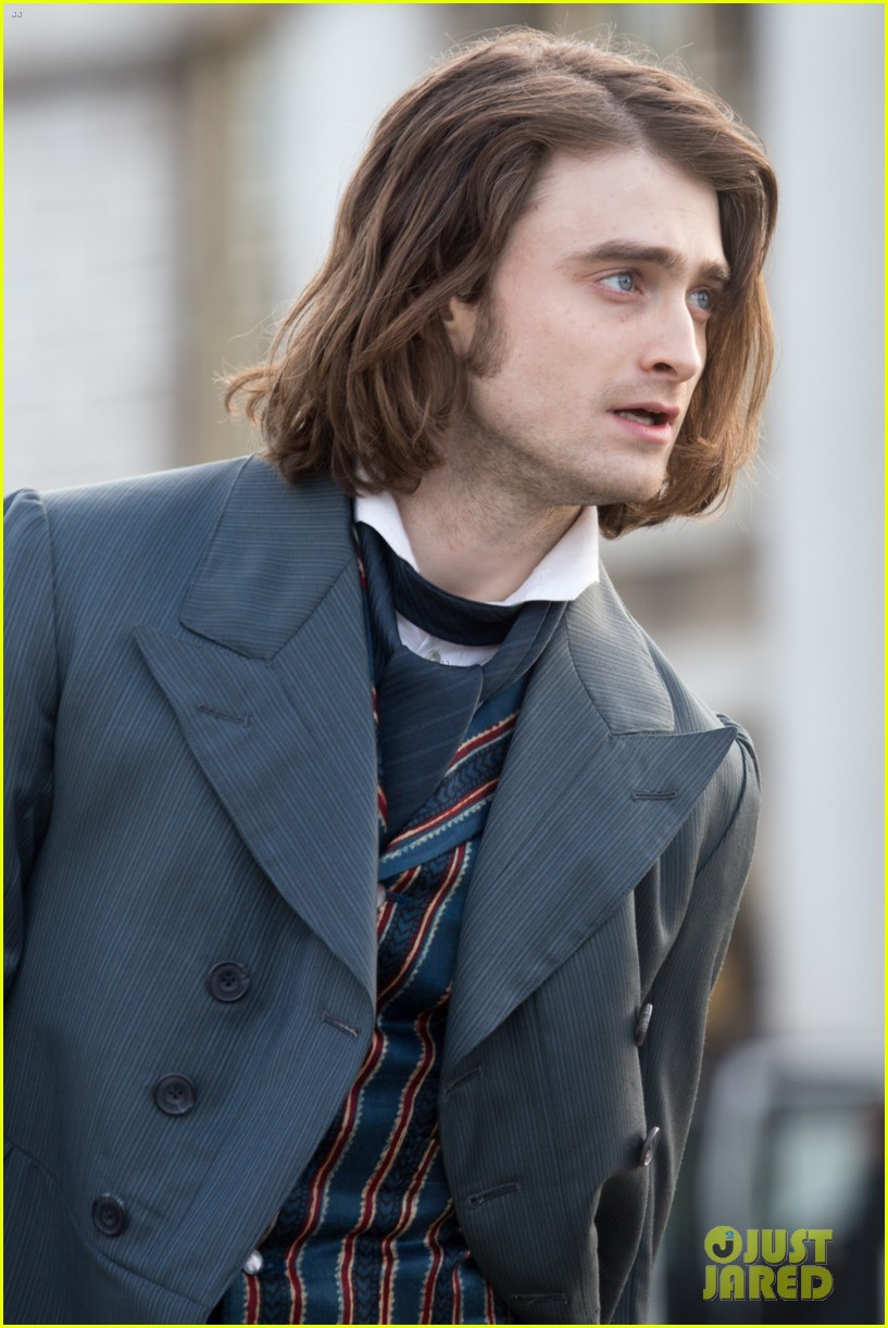 daniel radcliffes long hair reminds us of sirius black 043061259