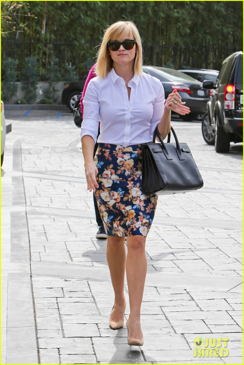 reese witherspoon embraces warm la weather after week in new york 013056176