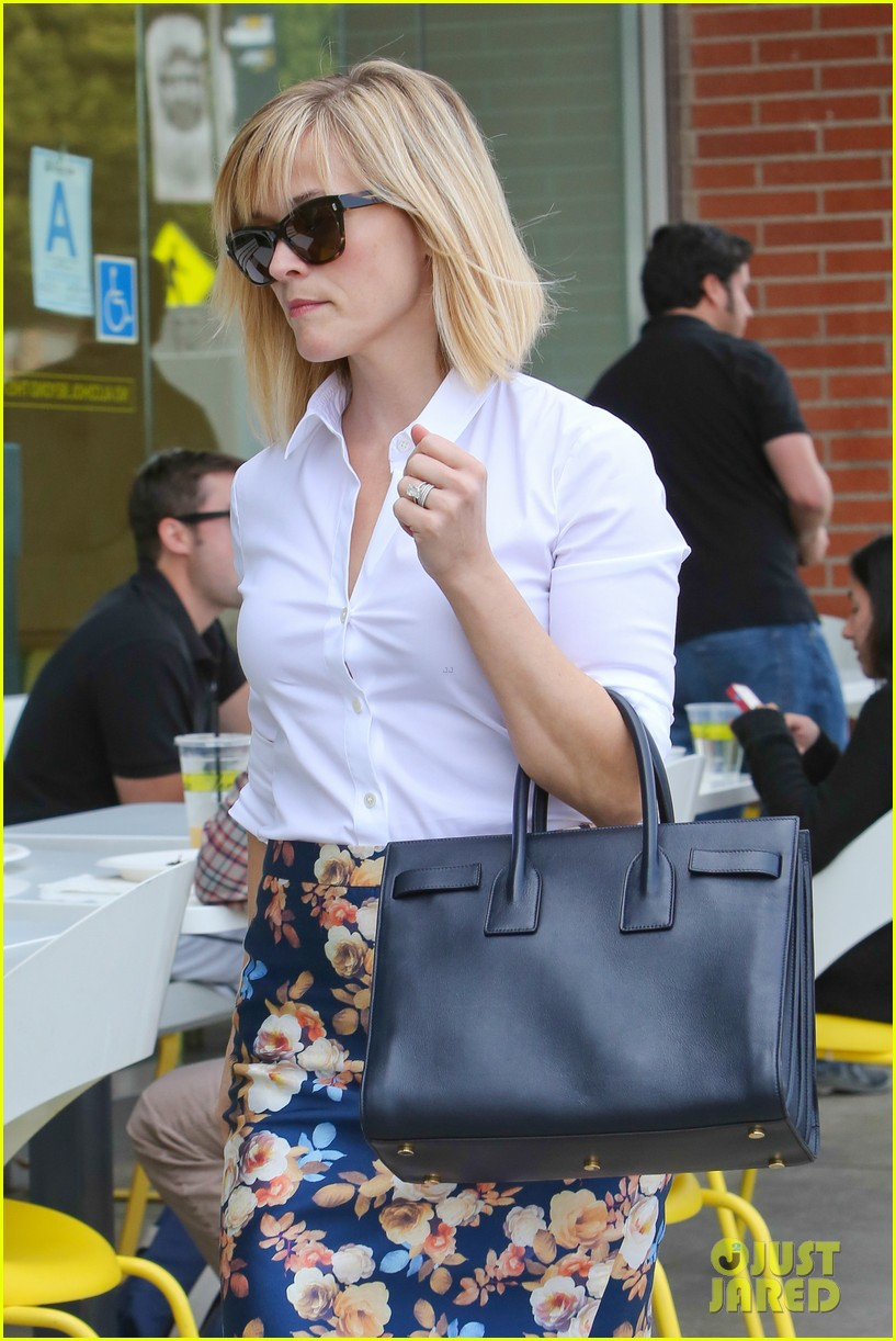 reese witherspoon embraces warm la weather after week in new york 023056177