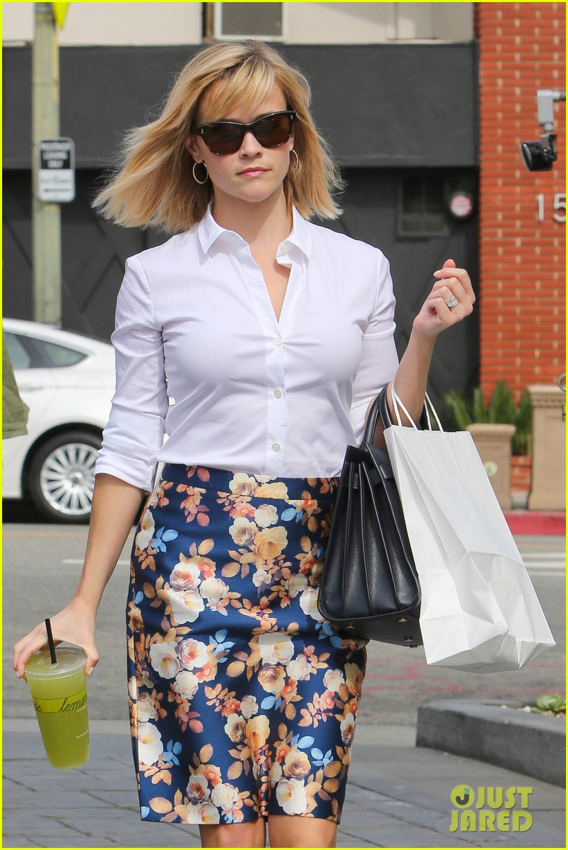 reese witherspoon embraces warm la weather after week in new york 043056179