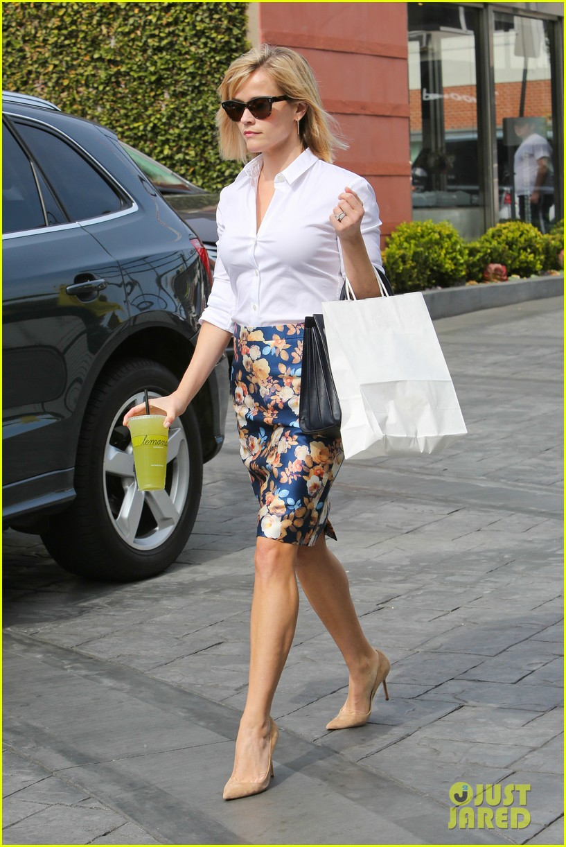 reese witherspoon embraces warm la weather after week in new york 053056180