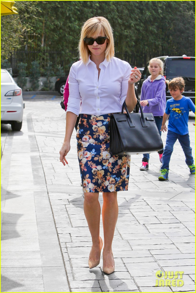 reese witherspoon embraces warm la weather after week in new york 083056183