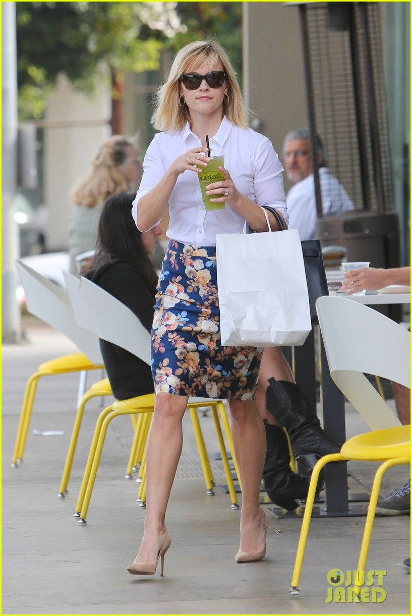 reese witherspoon embraces warm la weather after week in new york 093056184