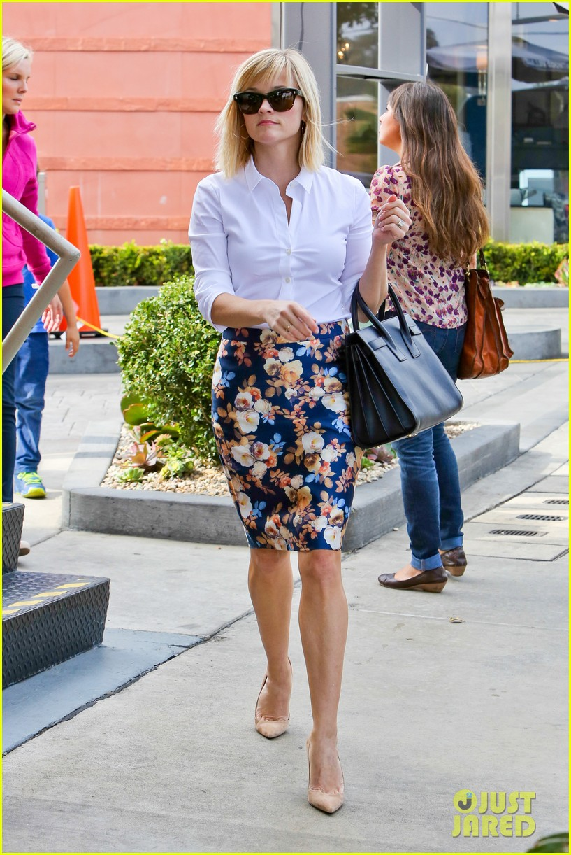reese witherspoon embraces warm la weather after week in new york 103056185