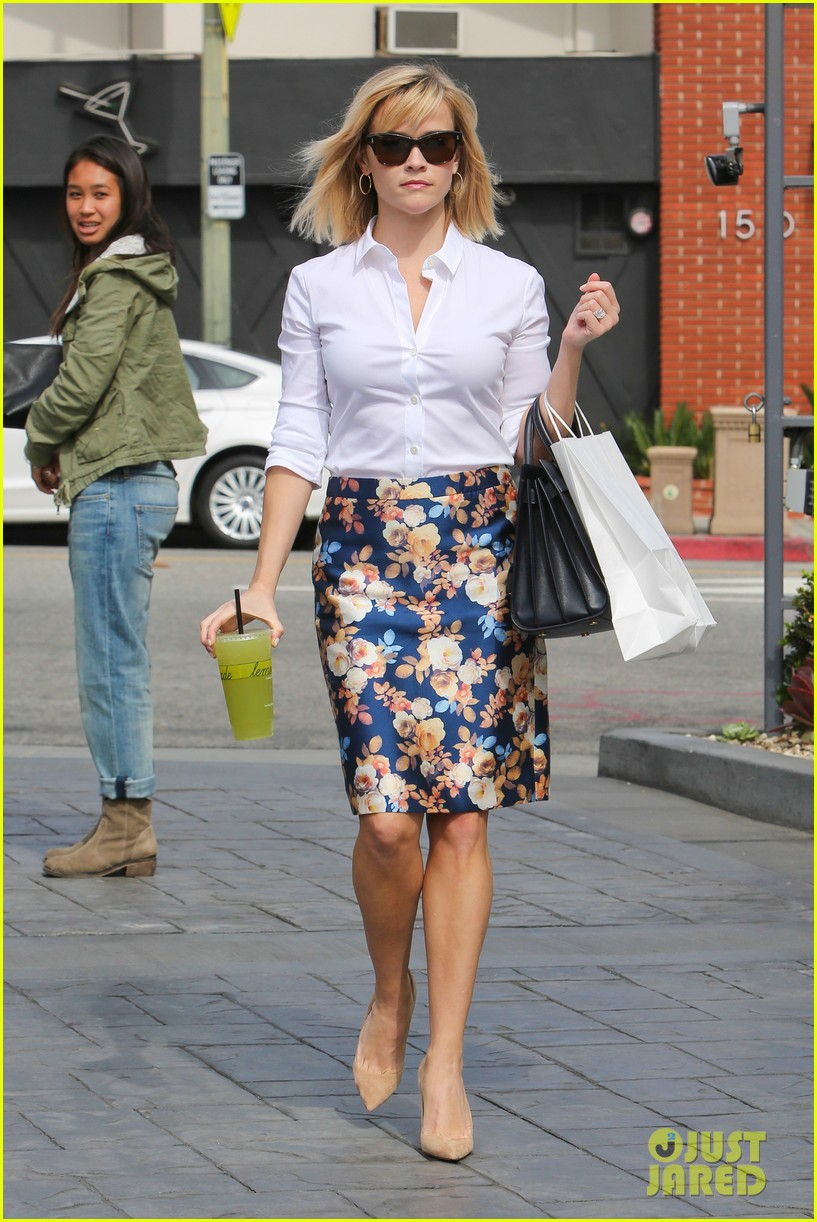 reese witherspoon embraces warm la weather after week in new york 113056186