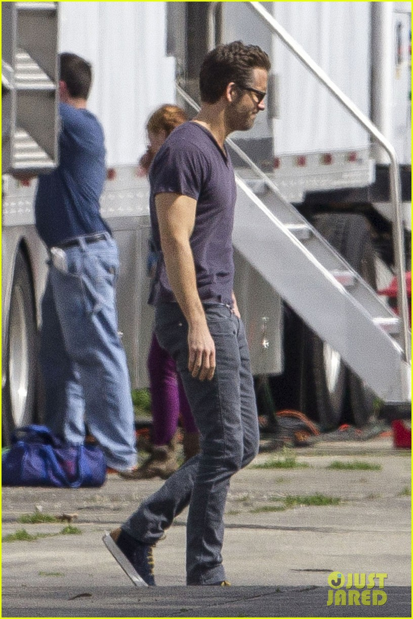 ryan reynolds is geek chic still super hunky on movie set 073057574