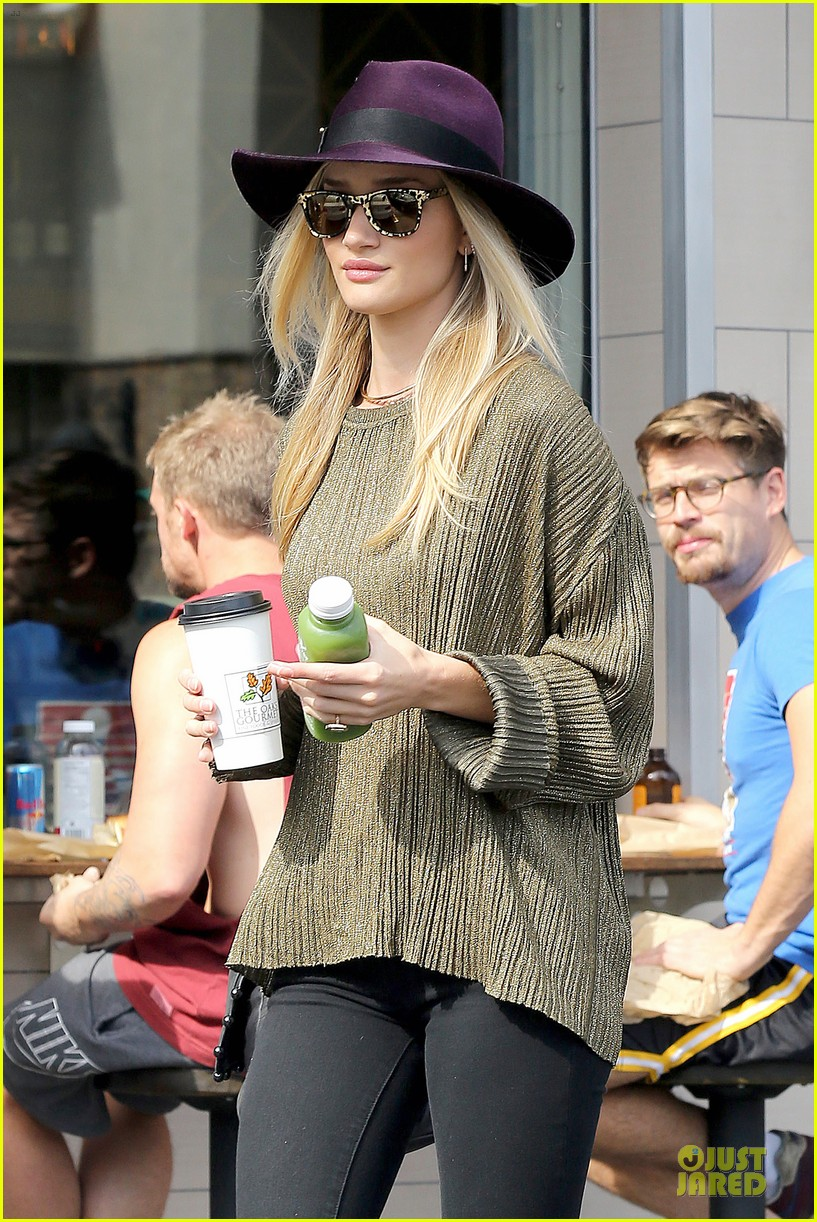 rosie huntington whiteley turns heads with clover juice 023050073