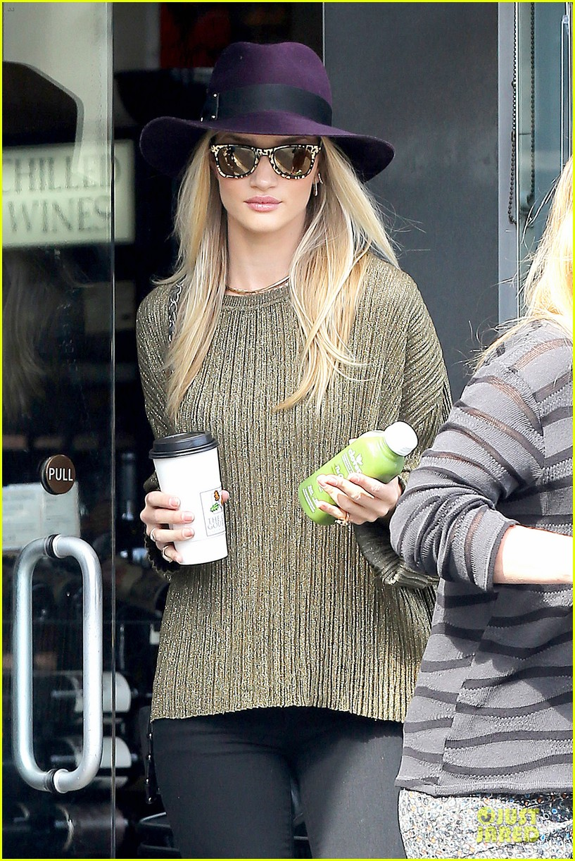 rosie huntington whiteley turns heads with clover juice 04