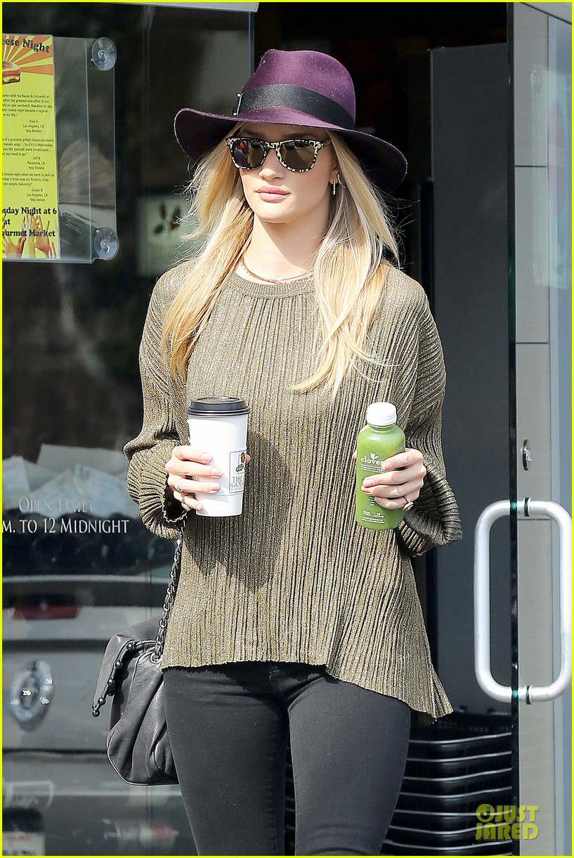 rosie huntington whiteley turns heads with clover juice 073050078