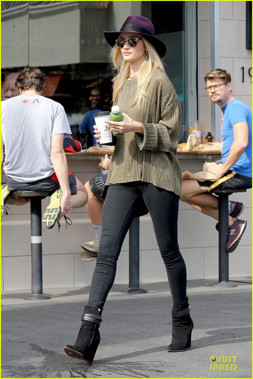 rosie huntington whiteley turns heads with clover juice 093050080