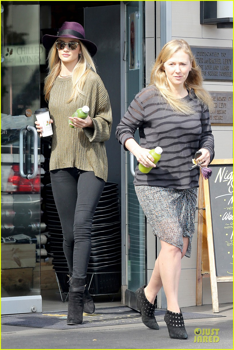 rosie huntington whiteley turns heads with clover juice 123050083