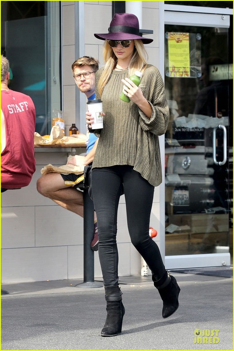 rosie huntington whiteley turns heads with clover juice 133050084