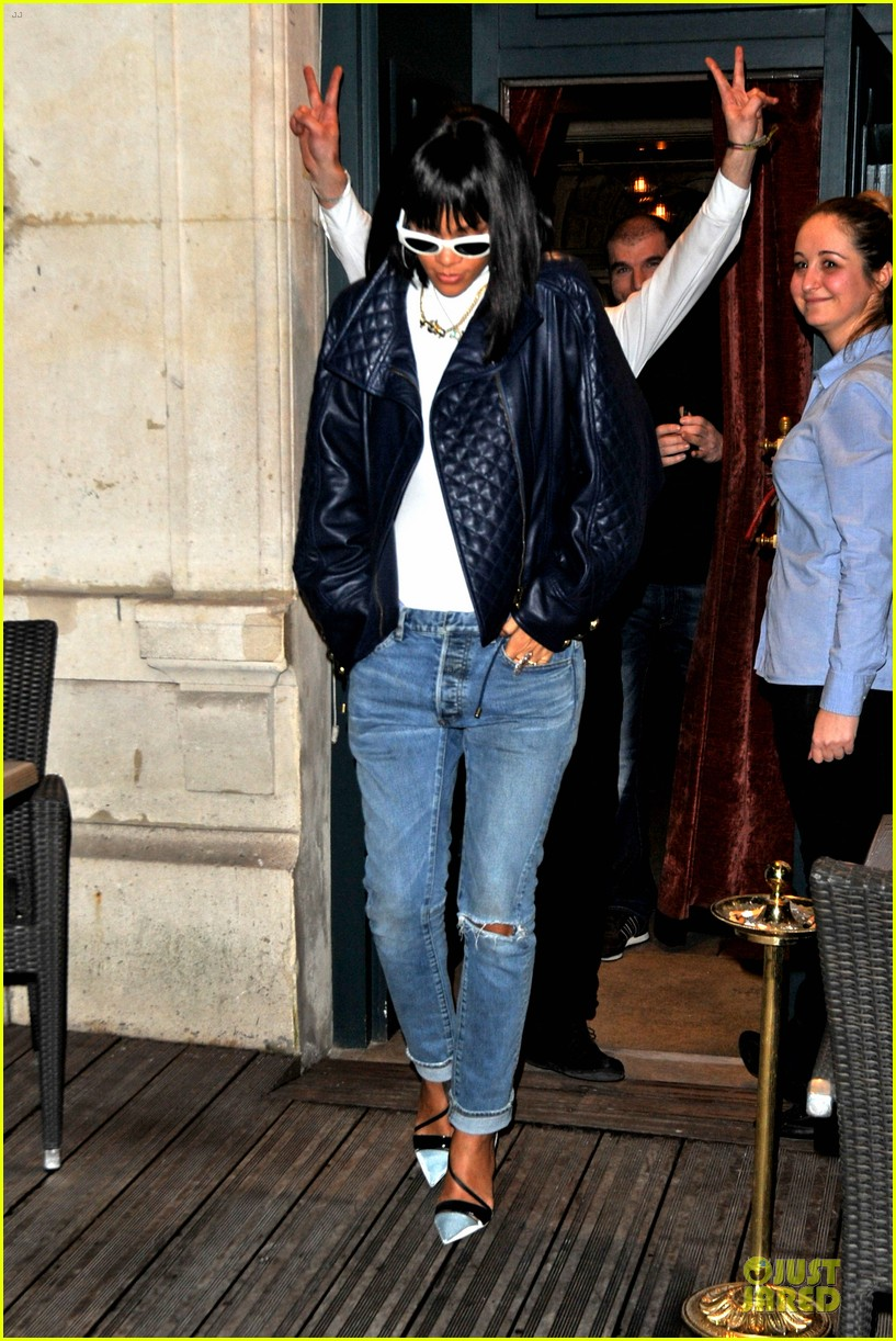 rihanna photo bombed by peace sign flashing fan at farnesina restaurant 083062537