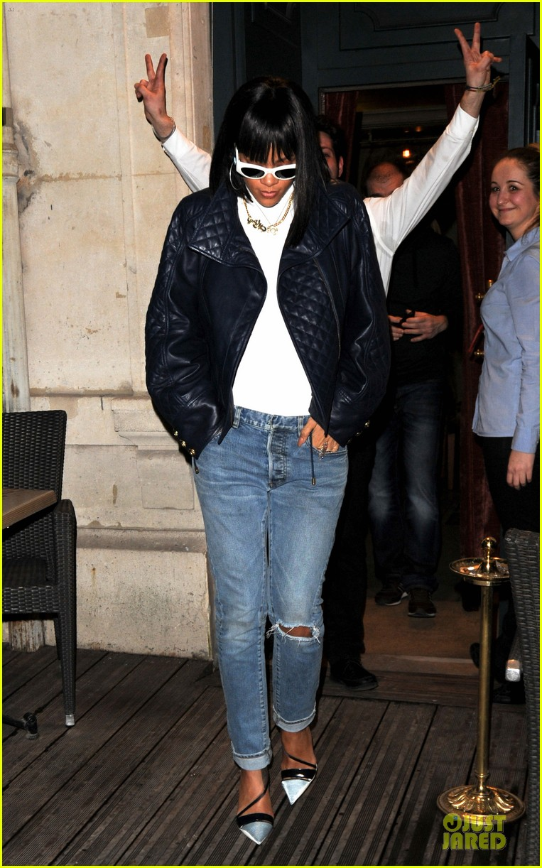 rihanna photo bombed by peace sign flashing fan at farnesina restaurant 093062538