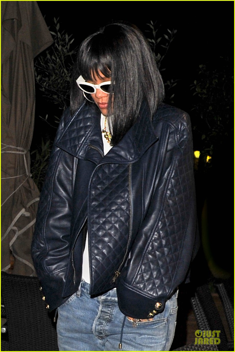 rihanna photo bombed by peace sign flashing fan at farnesina restaurant 143062543