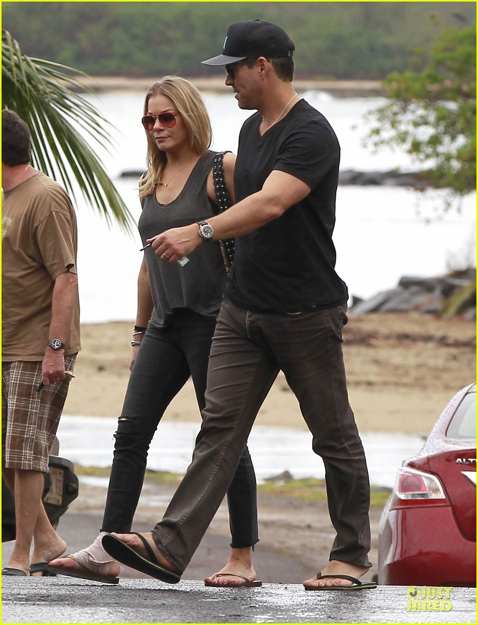 leann rimes sports foot bandage for hawaiian lunch with eddie cibrian 033047692