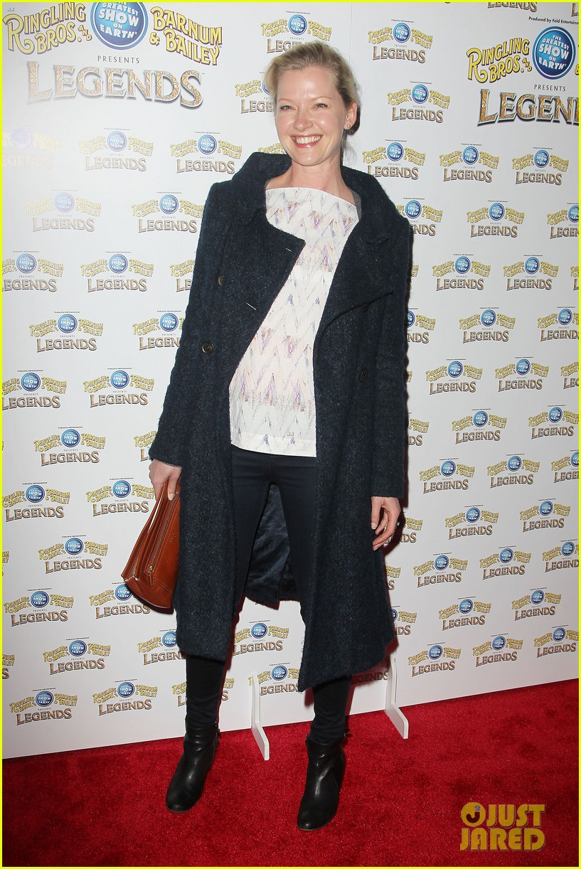 annasophia robb helps welcome the circus to brooklyn 043057696