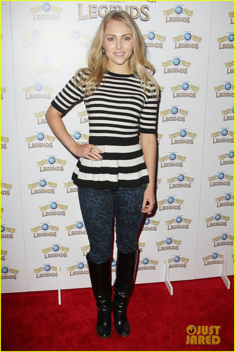 annasophia robb helps welcome the circus to brooklyn 053057697