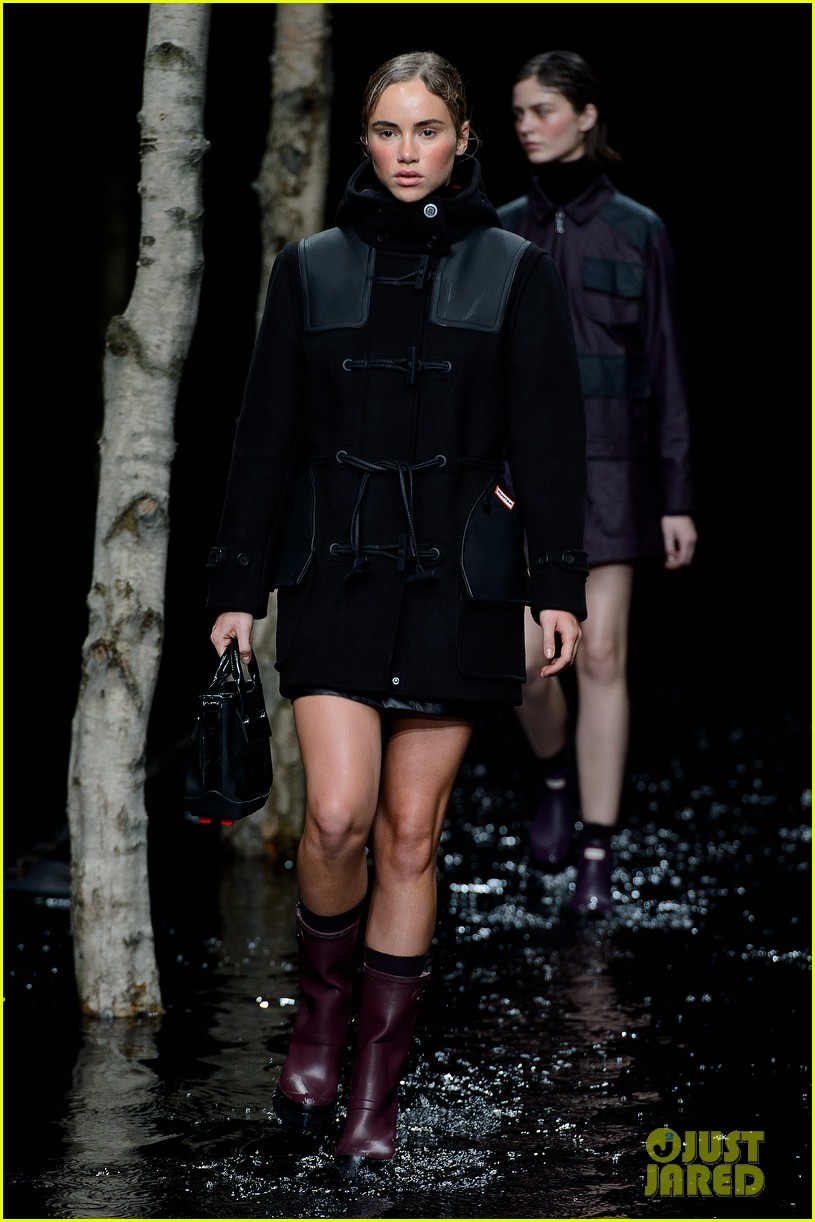 rosie huntington whiteley suki waterhouse walk runways during london fashion week 023054136