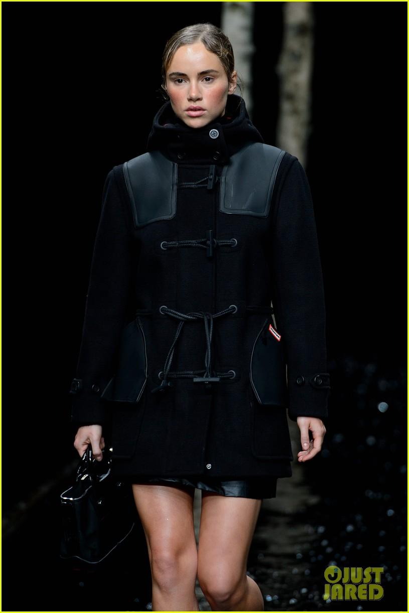 rosie huntington whiteley suki waterhouse walk runways during london fashion week 083054142