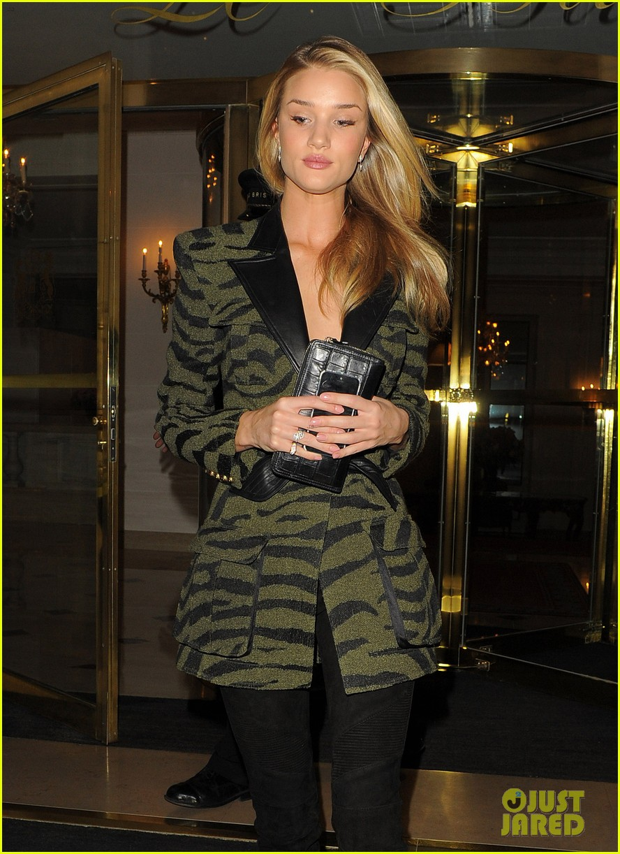rosie huntington whiteley rocks zebra stripes in paris 02
