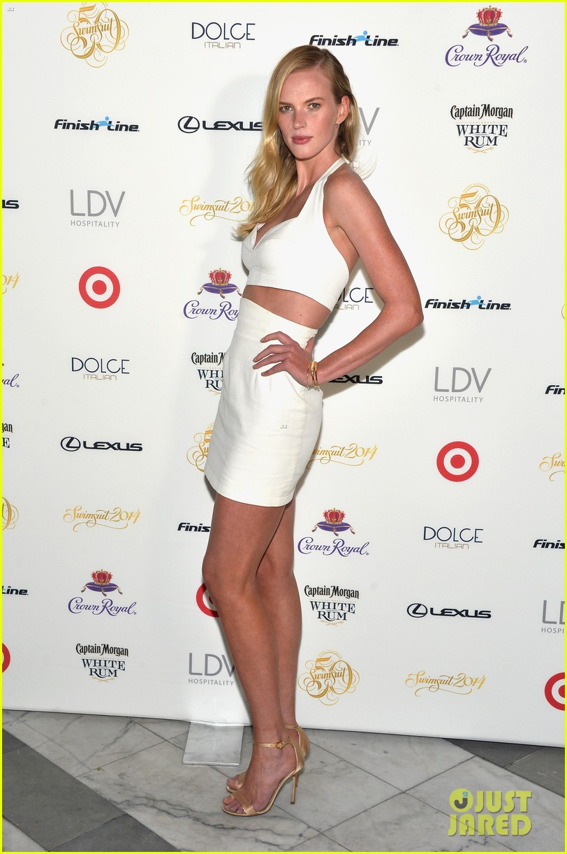 sports illustrated cover models glam up for soiree in miami 123057819
