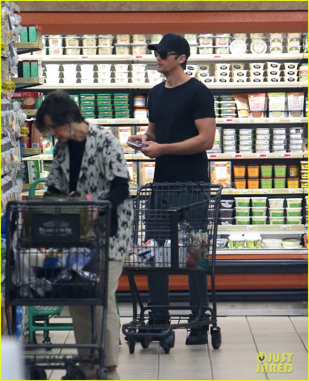 alexander skarsgard starts his day off with grocery shopping 013058101
