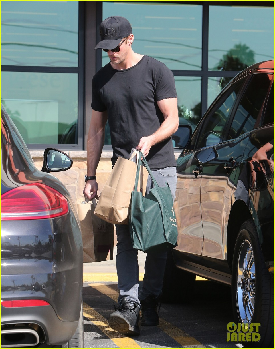 alexander skarsgard starts his day off with grocery shopping 033058103