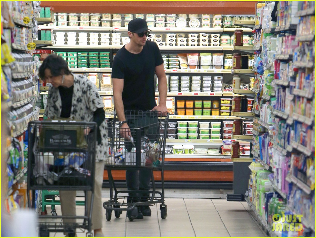 alexander skarsgard starts his day off with grocery shopping 043058104