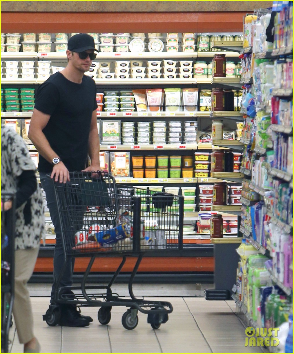 alexander skarsgard starts his day off with grocery shopping 073058107