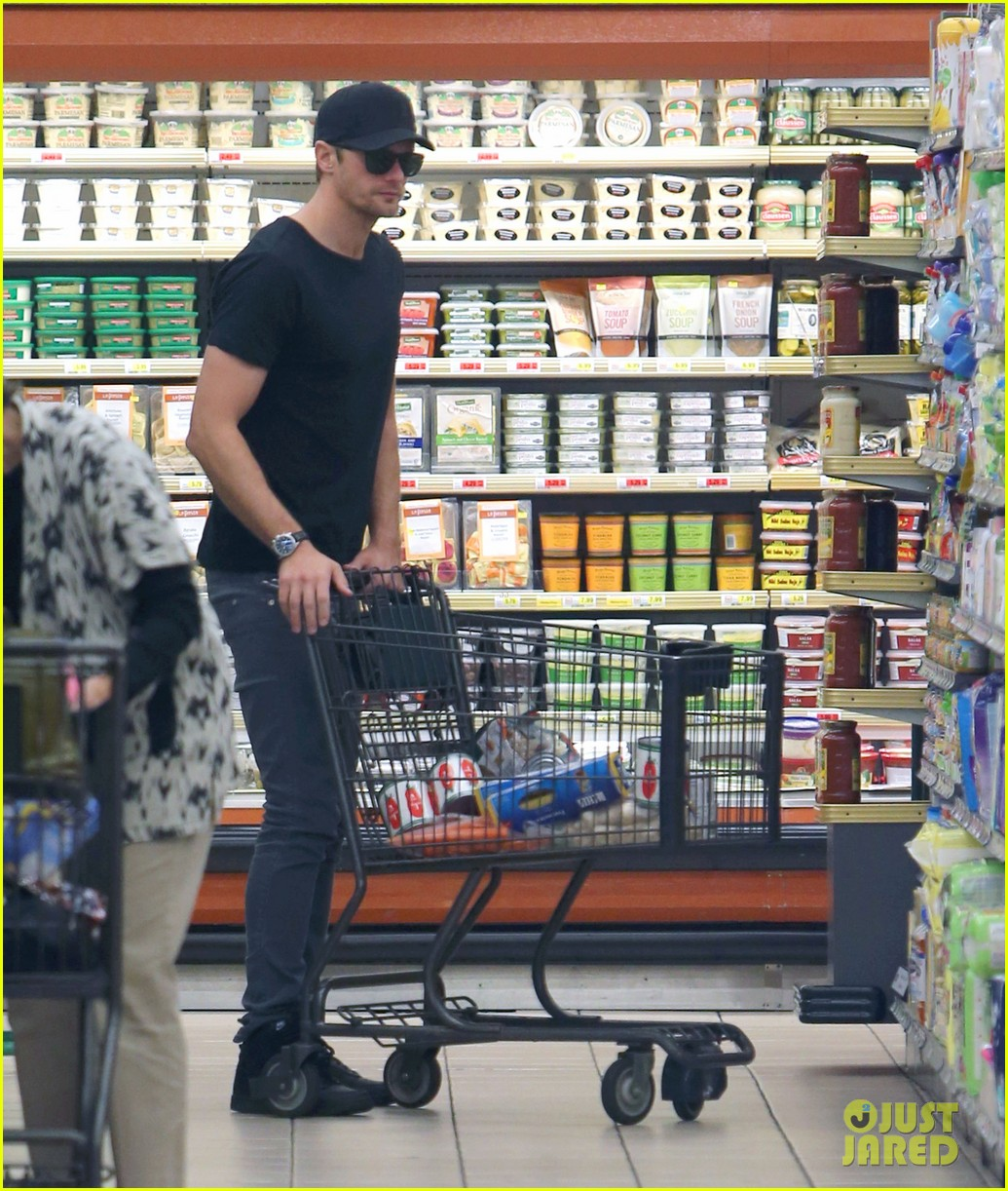 alexander skarsgard starts his day off with grocery shopping 08