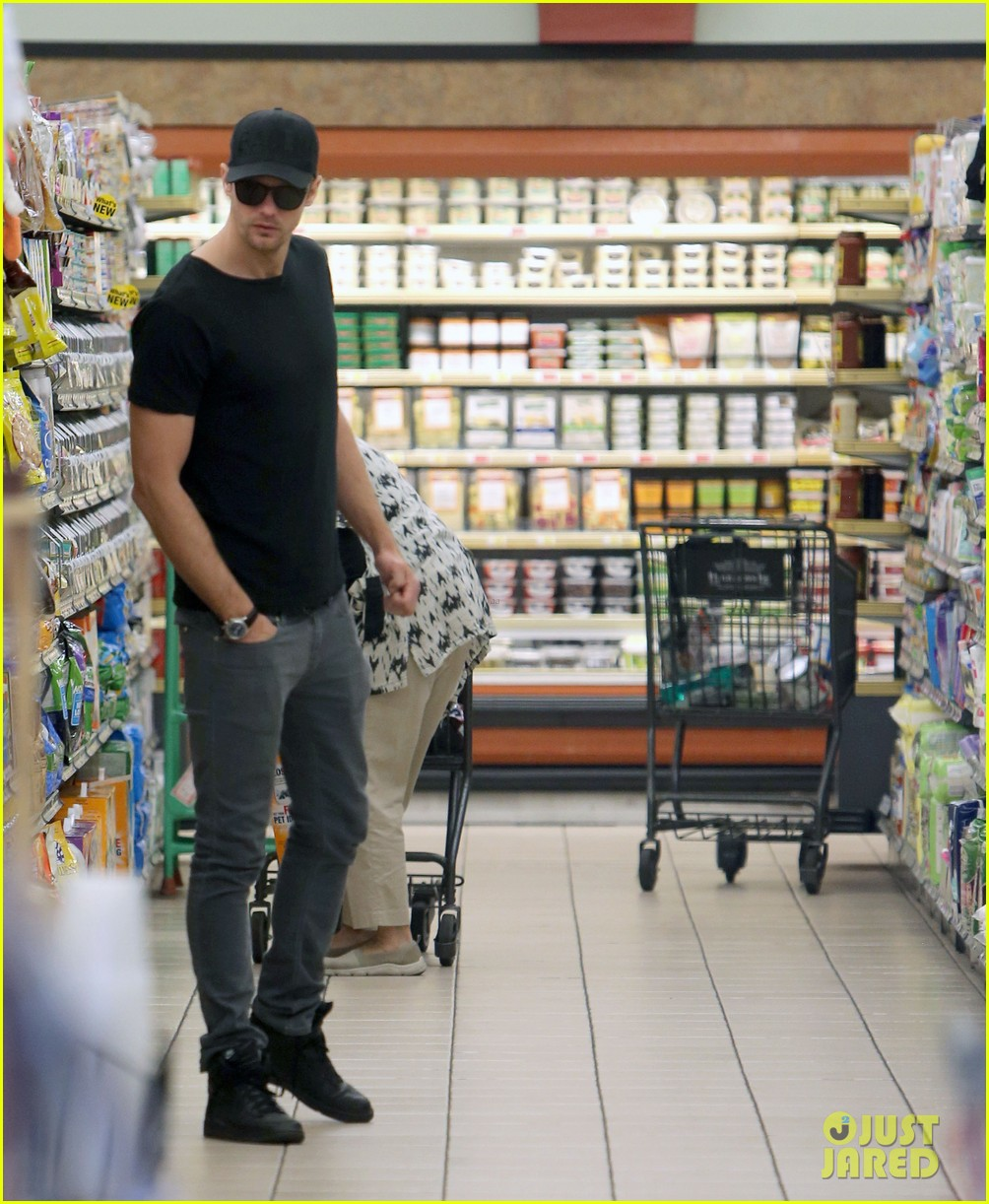 alexander skarsgard starts his day off with grocery shopping 113058111