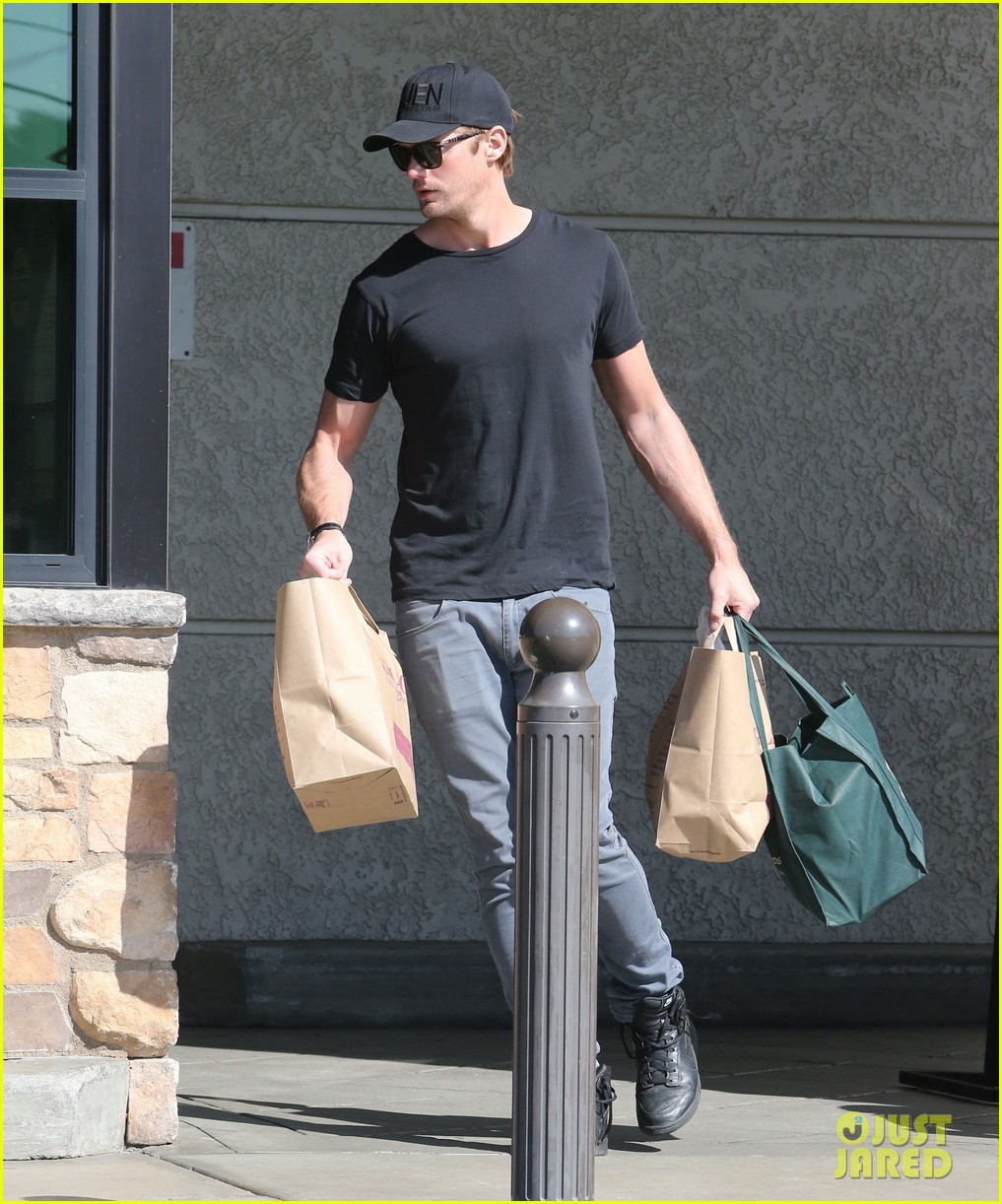 alexander skarsgard starts his day off with grocery shopping 123058112