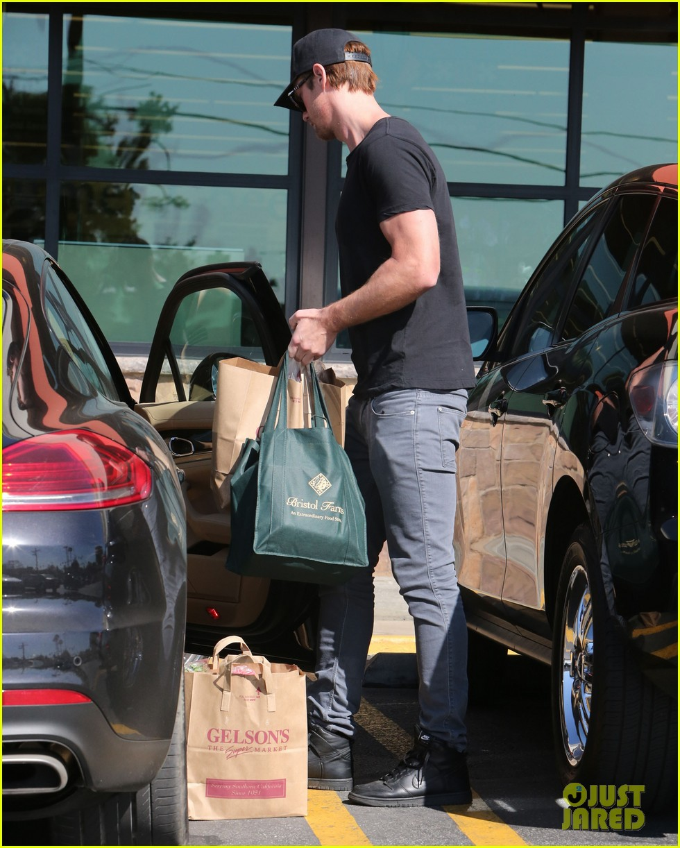 alexander skarsgard starts his day off with grocery shopping 133058113