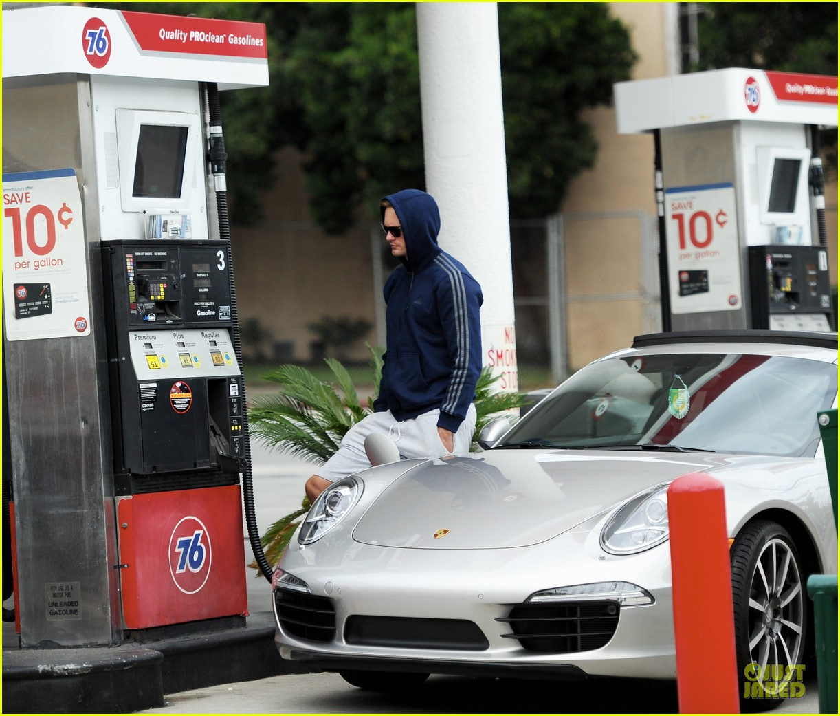alexander skarsgard hides under a hoodie at gas station 093049223