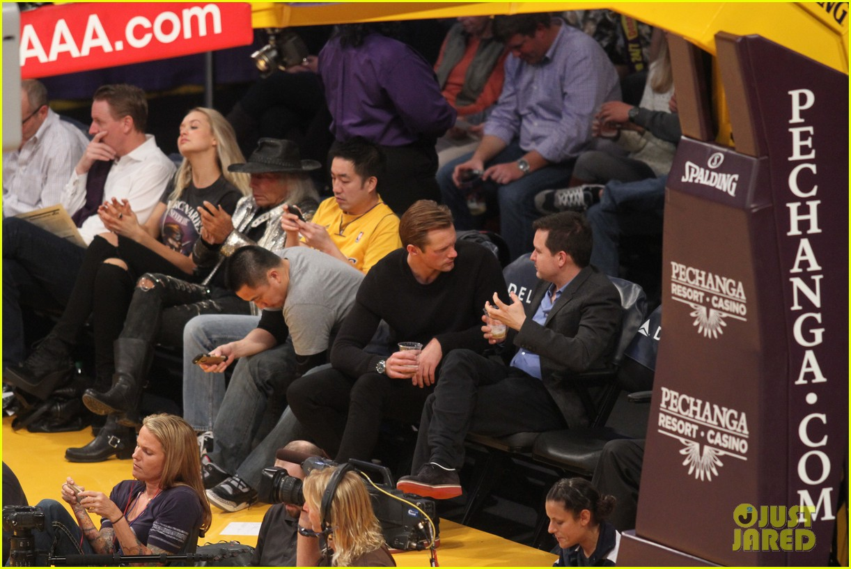 alexander skarsgard sits courtside for the lakers game 013052105