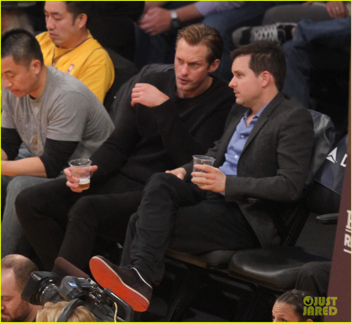 alexander skarsgard sits courtside for the lakers game 033052107