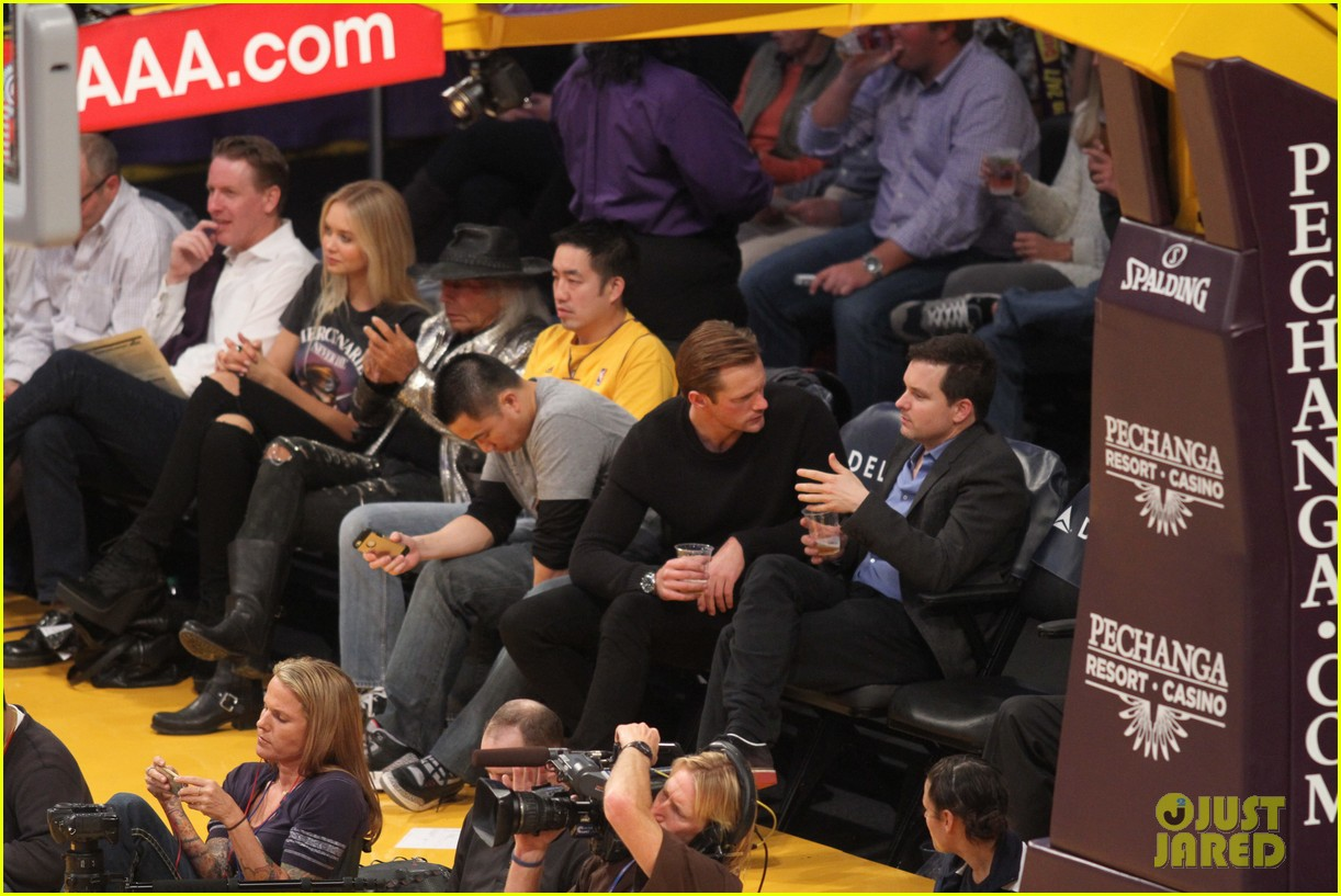 alexander skarsgard sits courtside for the lakers game 043052108